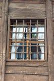 Reshotka de madera viejo en la ventana de la casa en Koprivshtitsa, Bulgaria Fotos de archivo libres de regalías