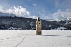 Resia congelou o lago, sino da torre imagem de stock