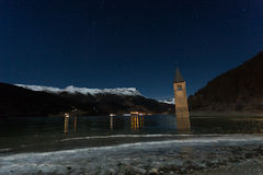Resia/Reschen, νότιο Τύρολο, Ιταλία, 2016 - 12 10: Κουδούνι Curon towe Στοκ φωτογραφία με δικαίωμα ελεύθερης χρήσης