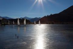 Resia/Reschen, Italia - 12 10, 2016: lago congelado con la vela del invierno Foto de archivo libre de regalías