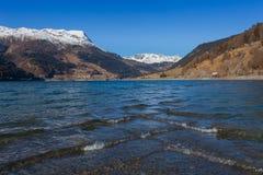 Resia/Reschen, Italia - 12 10, 2016: ondas en el lago Resia Imagen de archivo