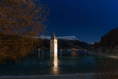 Resia/Reschen södra Tyrol, Italien, 2016 - 12 10: Curon Klocka towe royaltyfri bild