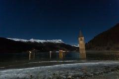 Resia/Reschen södra Tyrol, Italien, 2016 - 12 10: Curon Klocka towe Royaltyfri Foto