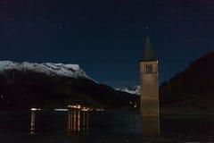 Resia/Reschen södra Tyrol, Italien, 2016 - 12 10: Curon Klocka towe royaltyfria foton