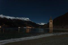 Resia/Reschen södra Tyrol, Italien, 2016 - 12 10: Curon Klocka towe arkivbilder