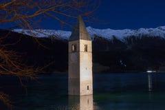 Resia/Reschen södra Tyrol, Italien, 2016 - 12 10: en nattsikt Arkivbild