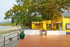 Residência amarela na praia de Pui O Fotografia de Stock Royalty Free