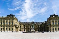 Residência com pátio de entrada e fonte em Wurzburg, Baviera Alemanha fotos de stock royalty free