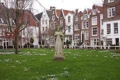 Residência a descansar na paz marco onde os beguines rezam e vivem em Amsterdão, holland fotografia de stock