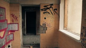 Residência destruída, grafitti na parede video estoque
