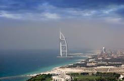 Residência do árabe do Al de Burj & da praia de Jumeirah fotos de stock royalty free