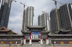 Residência e templo modernos Fotos de Stock Royalty Free
