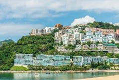 Residências luxuosas na margem e na montanha com vistas da baía e da praia da repulsa Fotos de Stock Royalty Free