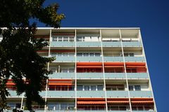 Residence in Berlin. Wohnhaus in Berlin, Hochhaus und blauer Himmel royalty free stock photo