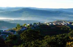 Residencia, cadena de montaña con el bosque del pino en de niebla Imágenes de archivo libres de regalías
