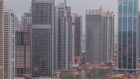 Residencial e prédios de escritórios na noite do distrito das torres do lago Jumeirah ao timelapse do dia em Dubai filme