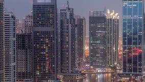 Residencial e prédios de escritórios no dia do distrito das torres do lago Jumeirah ao timelapse da noite em Dubai filme