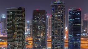 Residencial e prédios de escritórios no timelapse da noite do distrito das torres do lago Jumeirah em Dubai vídeos de arquivo