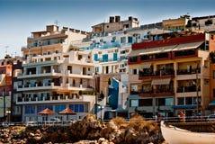 Residencias coloridas en Aghios Nicolás, Crete Imagen de archivo