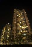 Residencias modernas en la noche foto de archivo libre de regalías