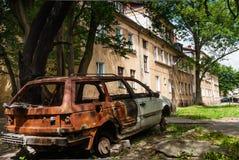 Residental房子和被烧下来的车 库存照片