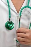 Residente del doctor con un stetoscopio verde Fotografía de archivo libre de regalías