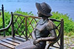 ` Residente del verano de la muchacha del ` del primer de la escultura En el terraplén del Volga La ciudad de Ples es famosa por  Imagen de archivo