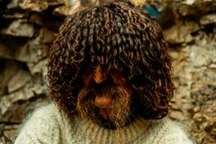Residente local caucasiano com um bigode longo no chapéu do carneiro nacional fotos de stock royalty free