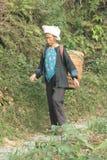 Residente rurale cinese Guilin Yangshuo donna agricola con il canestro Fotografia Stock
