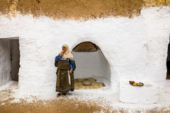 Residentes das casas-trogladity subterrâneas no vestido nacional Fotos de Stock