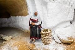 Residentes das casas-trogladity subterrâneas no vestido nacional Imagens de Stock