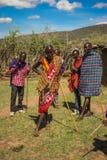 Residentes del pueblo del Masai, Kenia Imágenes de archivo libres de regalías