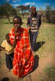Residentes del pueblo del Masai, Kenia Imagenes de archivo
