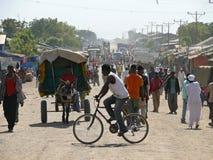 Residentes estranhos pela hora - o pico da cidade em Roby, Etiópia - 23 de novembro de 2008. Imagem de Stock Royalty Free