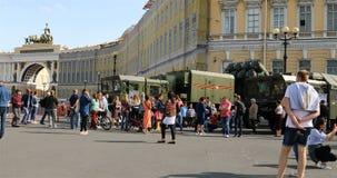 Residenti della città alla mostra di attrezzatura militare nel quadrato del palazzo stock footage