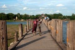Residenti ed ospiti che viaggiano sul ponte di U-bein, Myanmar Fotografia Stock