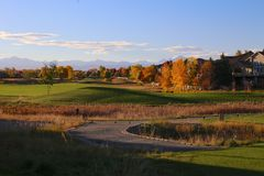 Free Residential Golf Course In Broomfield, Colorado With Fall Colors And The Rocky Mountains Stock Photos - 128432473