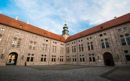 Residenz的老大厦边在慕尼黑 免版税图库摄影