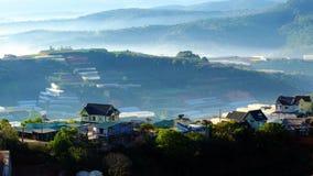 Residenza, catena di montagna con l'abetaia in nebbioso Fotografie Stock