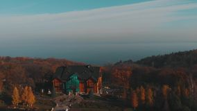 Residenza di Mezhyhirya, Ucraina, mosca aerea qui sopra all'autunno video d archivio
