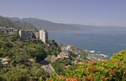 Residenze del pendio di collina dall'Oceano Pacifico fotografia stock libera da diritti