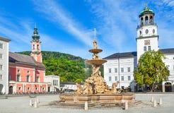 Residenzplatz célèbre avec Residenzbrunnen à Salzbourg, Autriche Image stock
