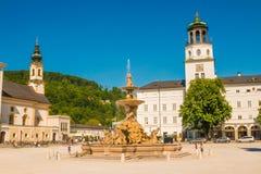 Residenzplatz con la fontana di Residenzbrunnen nella vecchia città della S fotografia stock libera da diritti