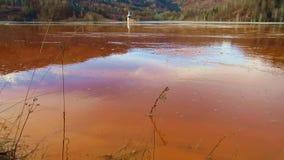 Residuales de cobre de la explotación minera en un lago metrajes