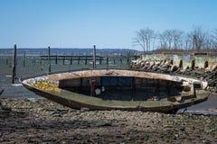 Residuo della barca abbandonata in Coney Island, New York Immagini Stock