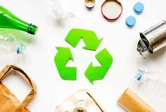 Residuo e riciclando simbolo nel concetto di cura di eco sulla vista del piano d'appoggio Fotografia Stock Libera da Diritti