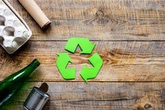 Residuo e riciclando simbolo nella cura di eco sul modello di vista del piano d'appoggio Fotografie Stock