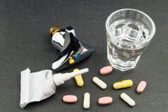 Residuos de la droga en agua potable fotografía de archivo libre de regalías