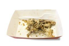 Residuos orgánicos en las placas de papel con los cuchillos y el aislante plásticos de las bifurcaciones Imagen de archivo