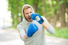 Resistência de encaixotamento do treinamento Cara concentrada atleta do homem com as luvas do esporte que praticam encaixotando o fotos de stock royalty free